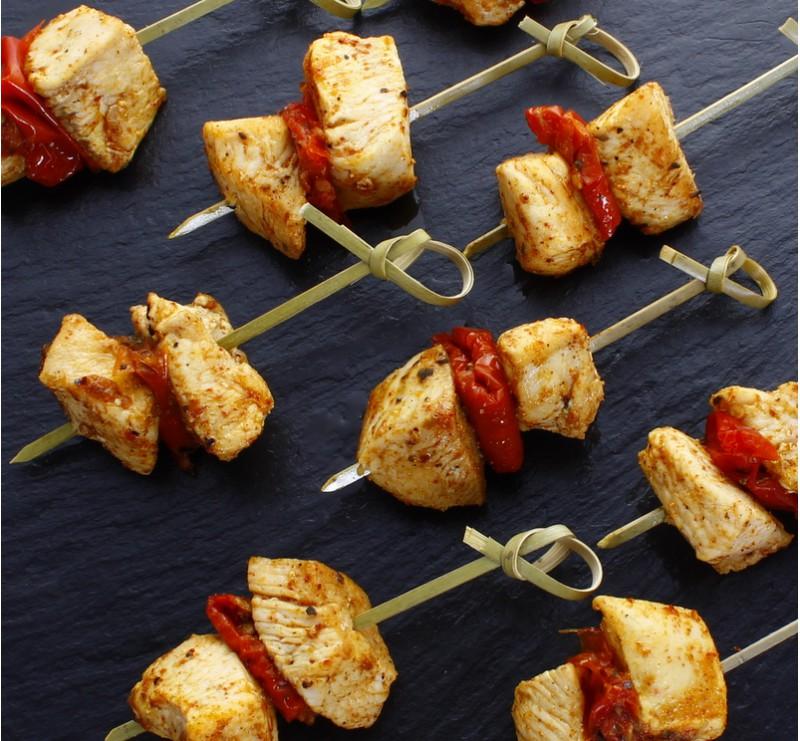 mini brochettes de poulet tandoori aux tomates confites gargantua traiteur. Black Bedroom Furniture Sets. Home Design Ideas